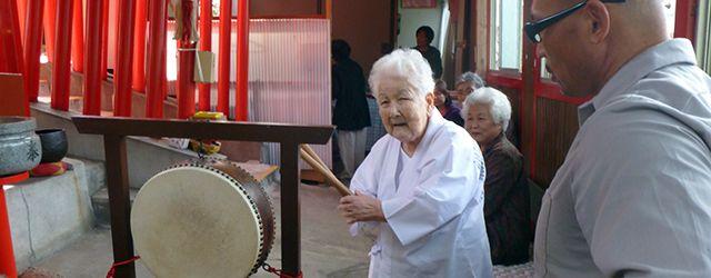 太鼓をたたく喜子さん