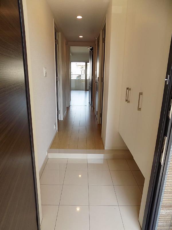 玄関からみる廊下